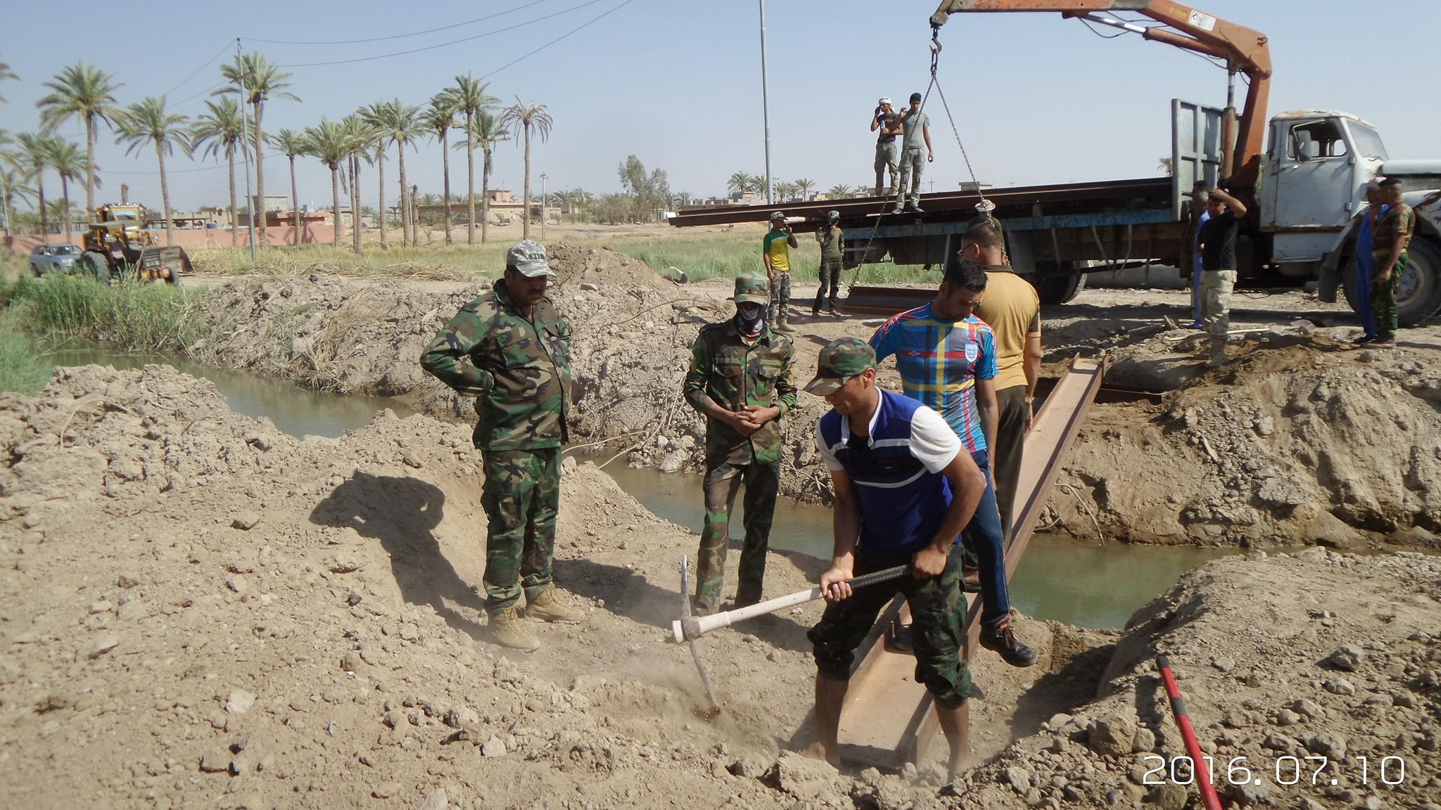 بالصور: مقاتلو عشائر الكرمة يقومون بنصب جسور صغيرة بالقضاء