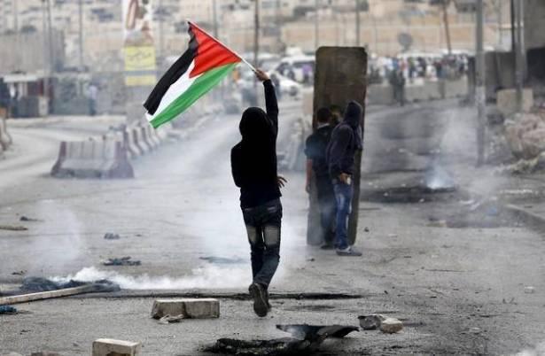 جرح 4 فلسطينيين في مواجهات مع قوة إسرائيلية بمخيم قلنديا