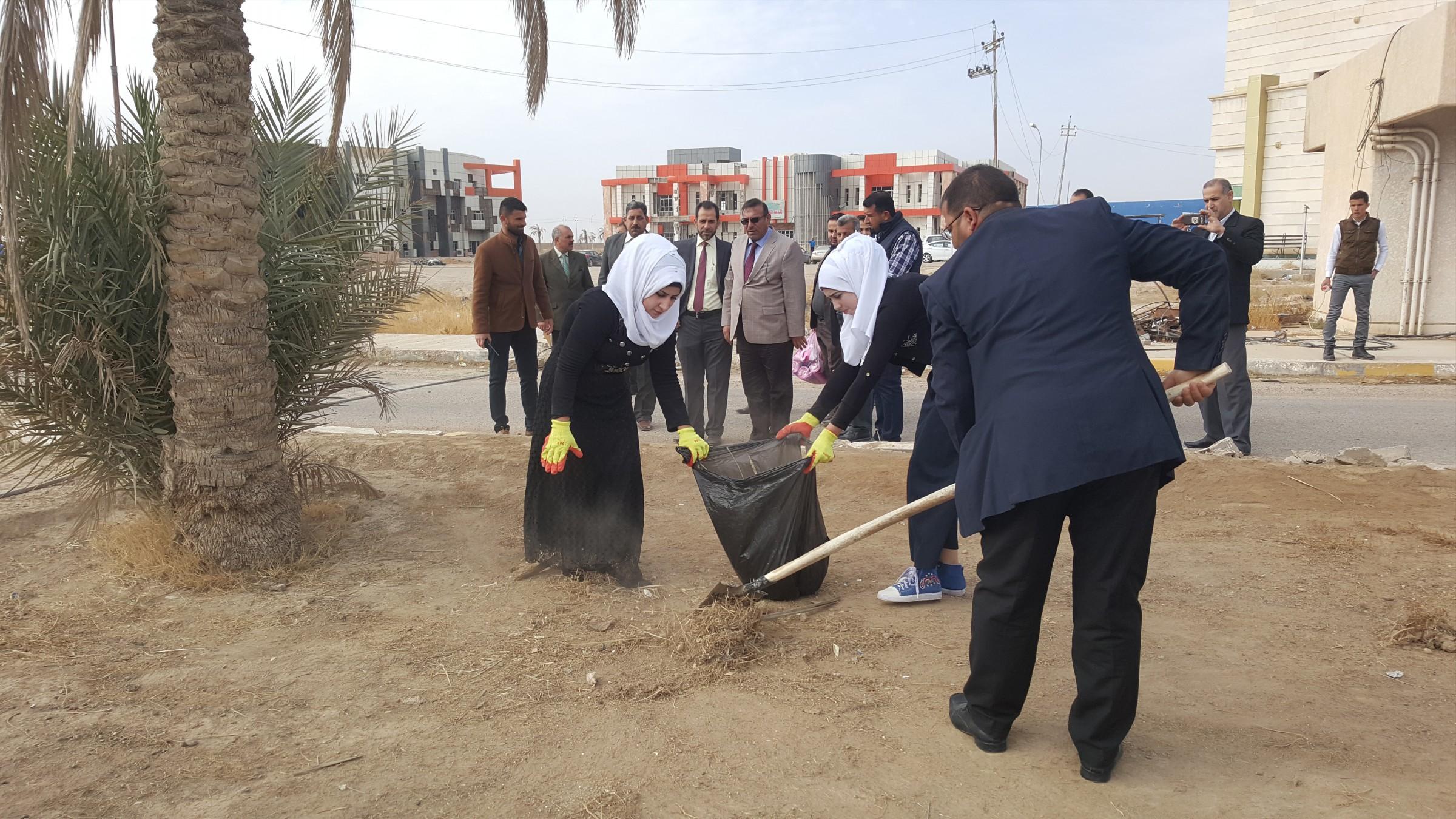 بالصور.. طلبة وأساتذة جامعة الأنبار ينظمون حملة تطوعية لتنظيف وتشجير الجامعة