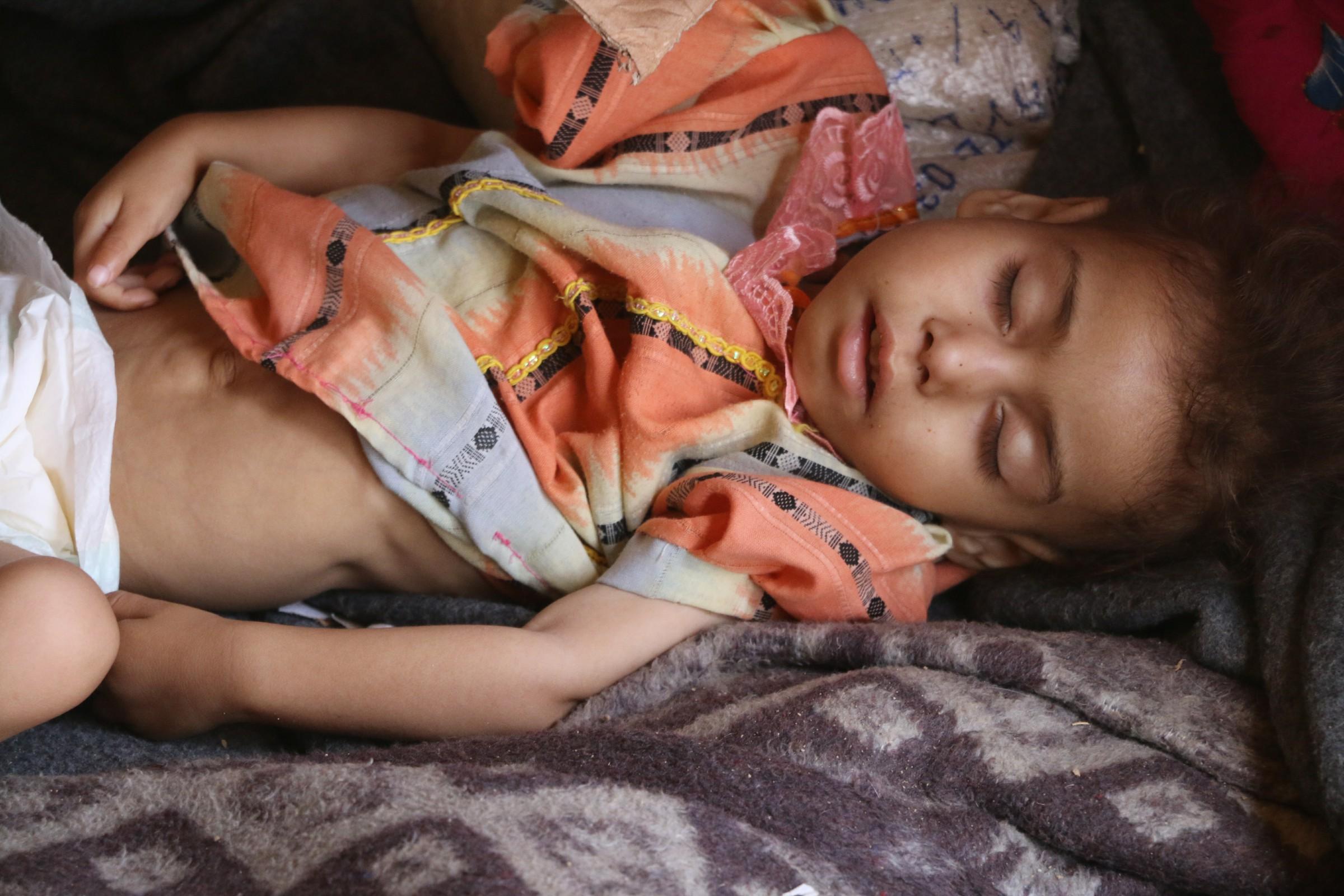 بالصور .. أطفال يئنون من وطأة الحر بمخيمات النزوح في الانبار