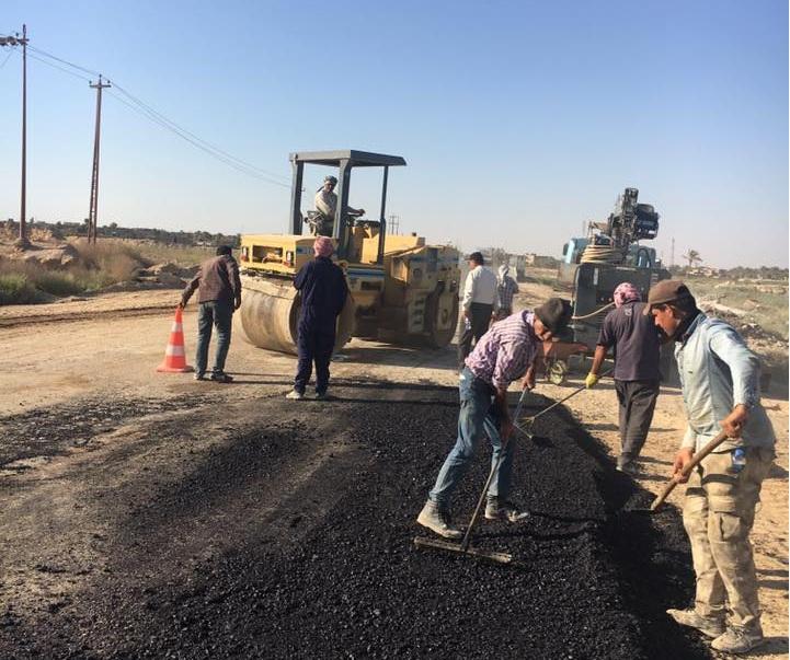 انجاز اعمال صيانة الحفر والمطبات على طريق رمادي-هيت