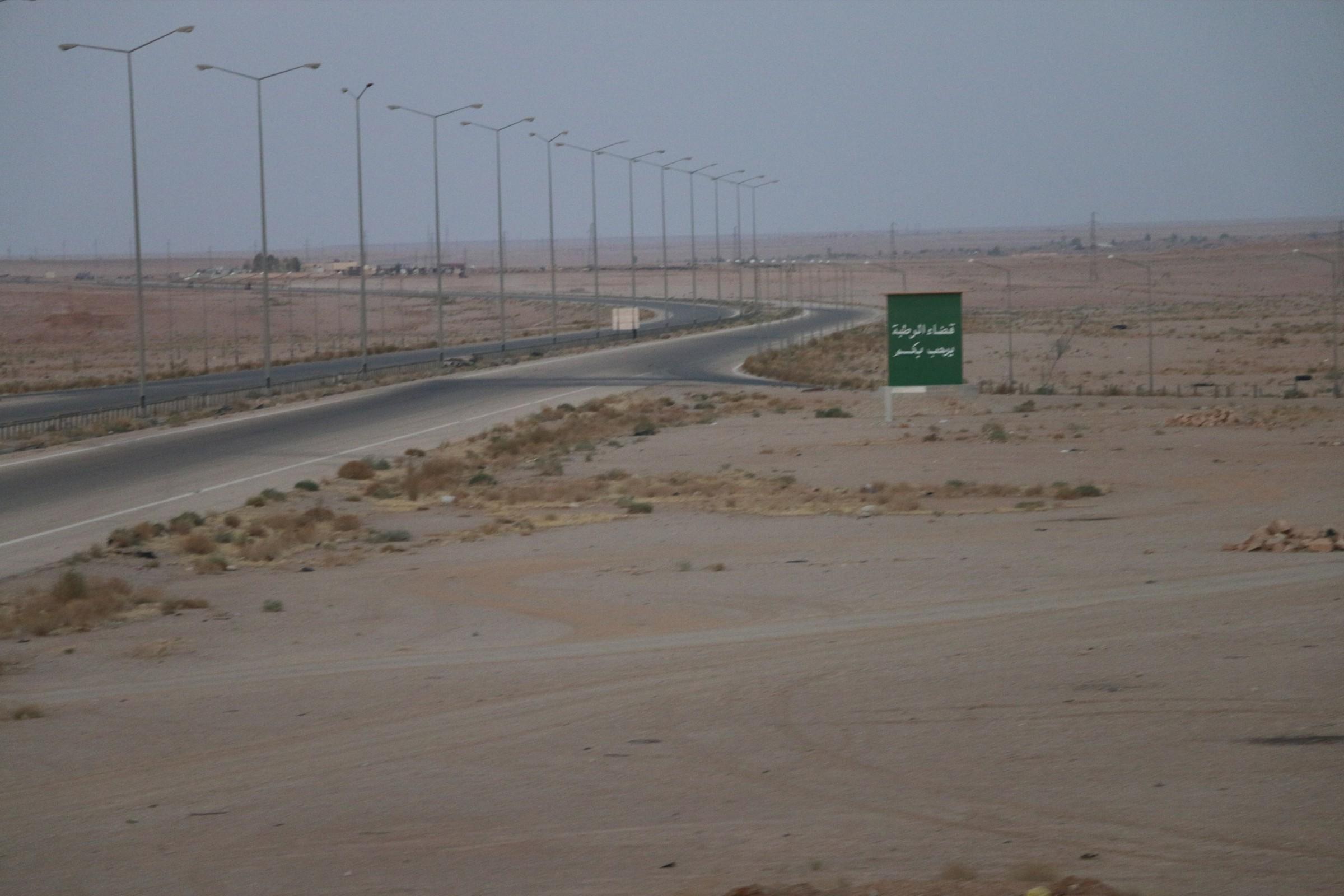 """رفع انقاض آخر جسر دمره """"داعش"""" على الخط الدولي غربي الانبار"""