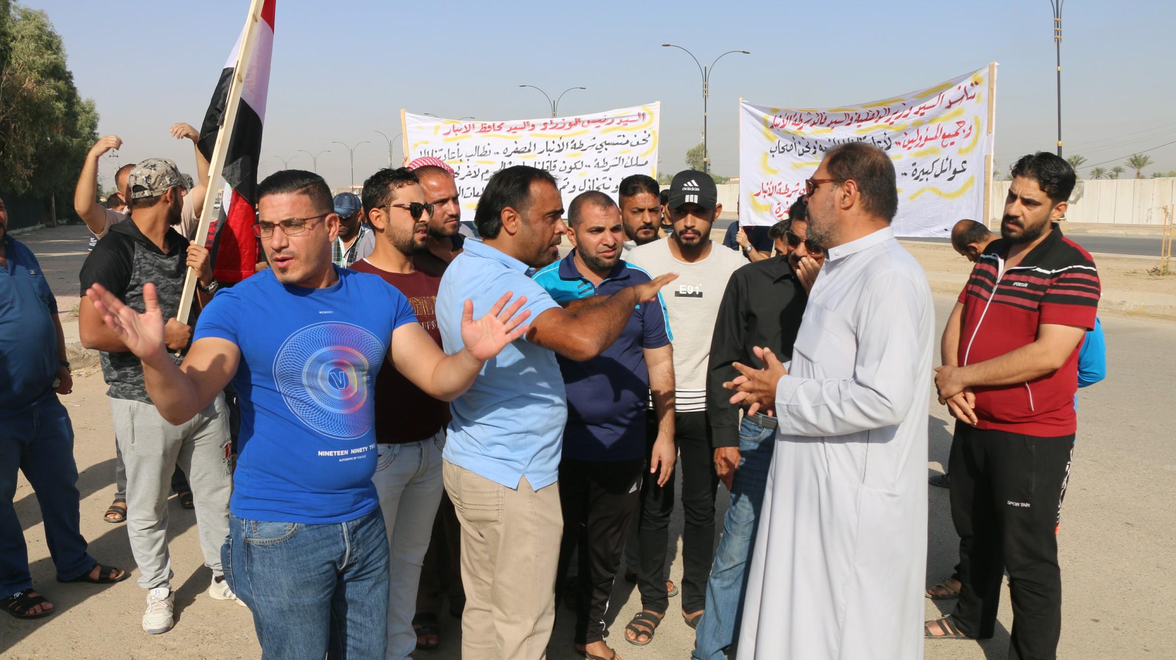 العشرات من منتسبي شرطة الانبار المصفرة رواتبهم ينظمون وقفة للمطالبة باعادتهم للخدمة