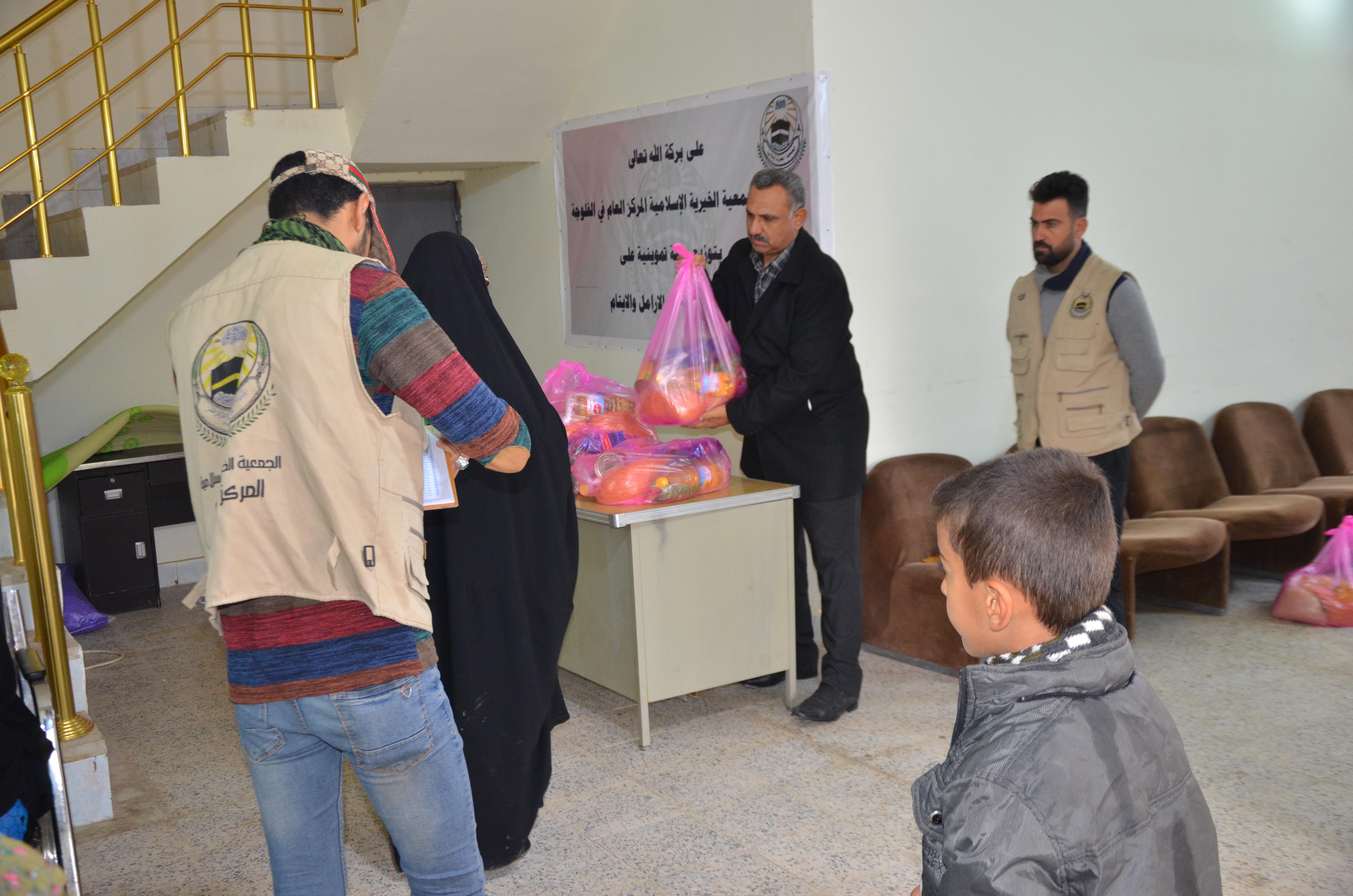 الجمعية الخيرية بالفلوجة توزع مساعدات غذائية على المتعففين