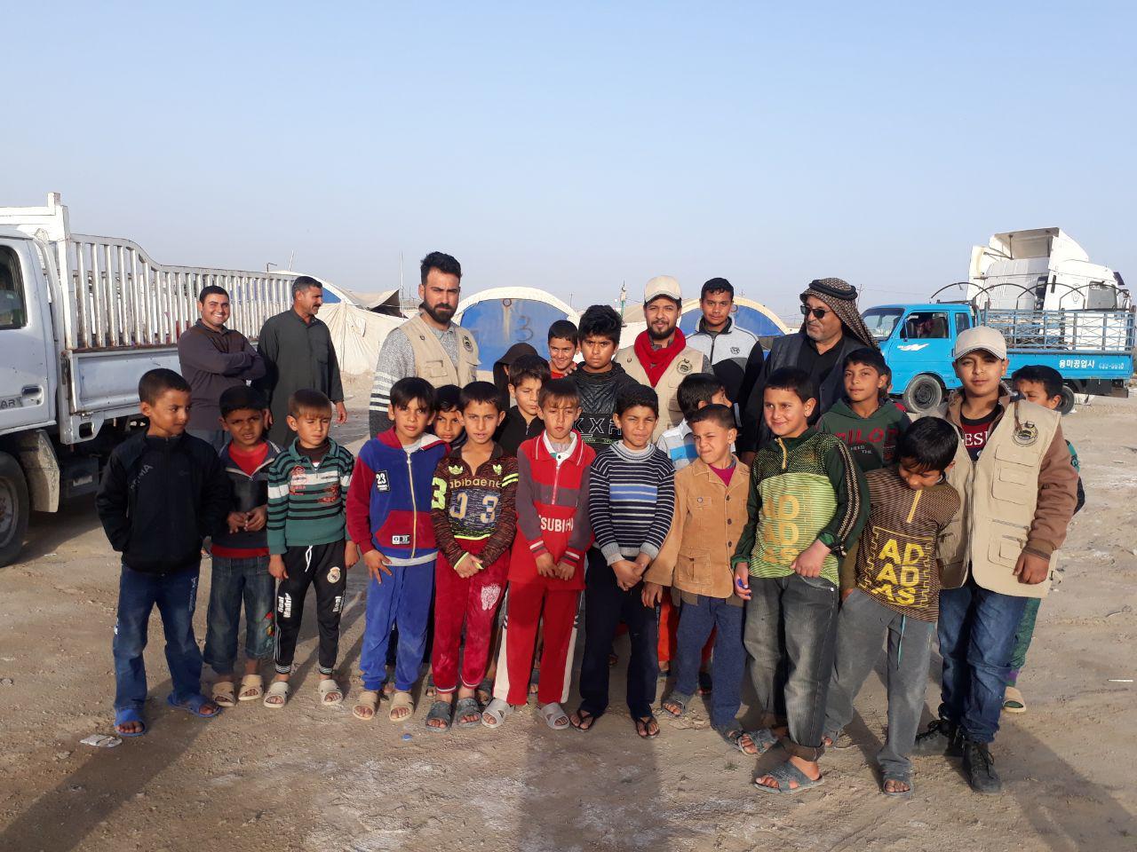 بالصور.. الجمعية الخيرية توزع الكسوة الشتوية على النازحين بالمخيمات