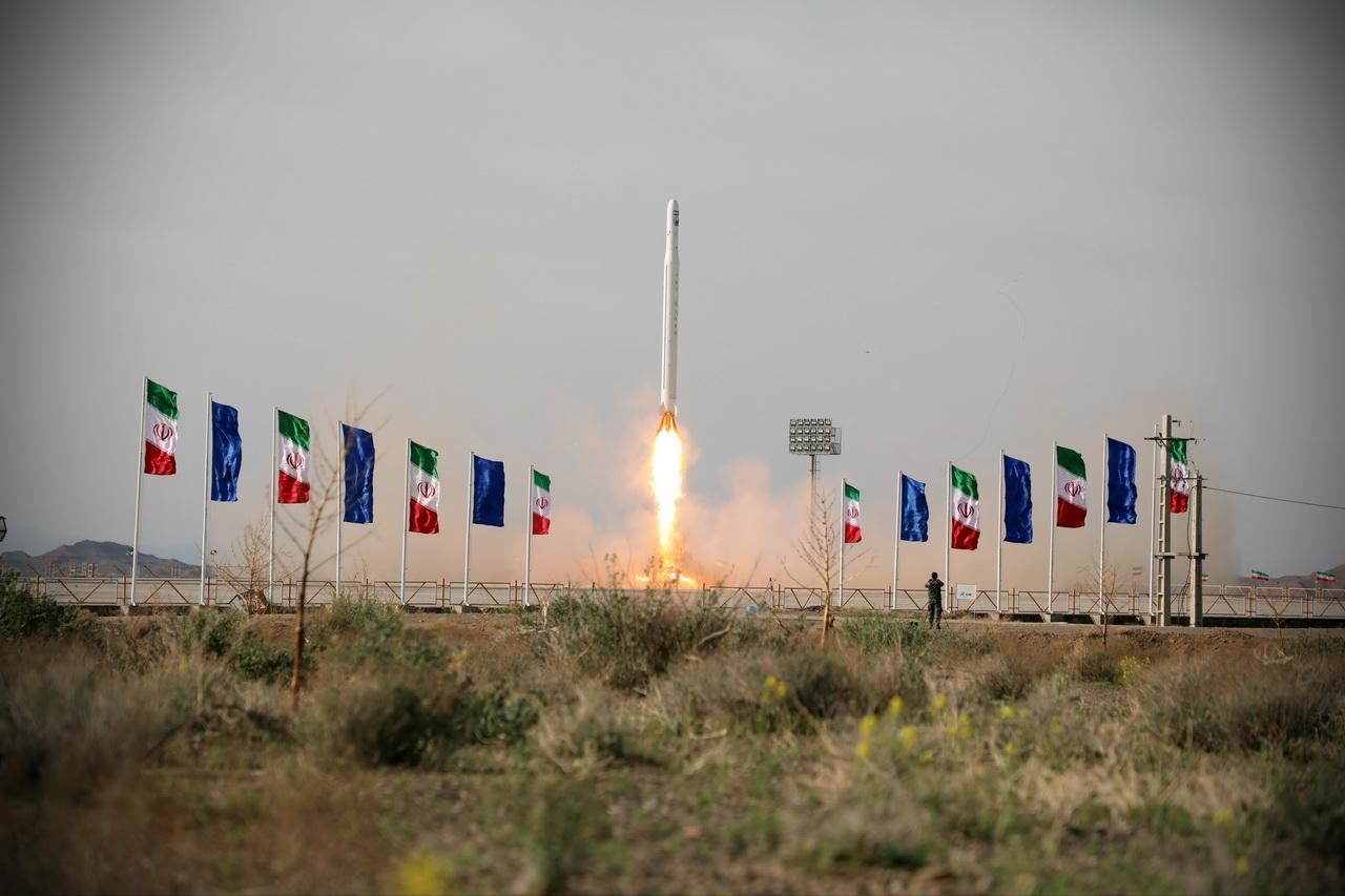 إيران تُعلن إطلاق أول قمر صناعي عسكري بنجاح