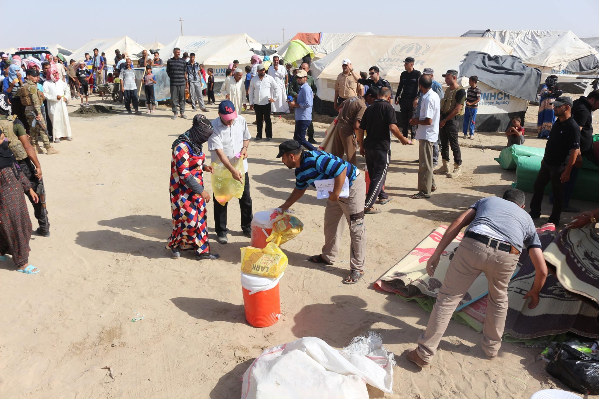 منتسبو جامعتي الانبار والفلوجة يتبرعون بـ1650 سلة غذائية على نازحي المحافظة