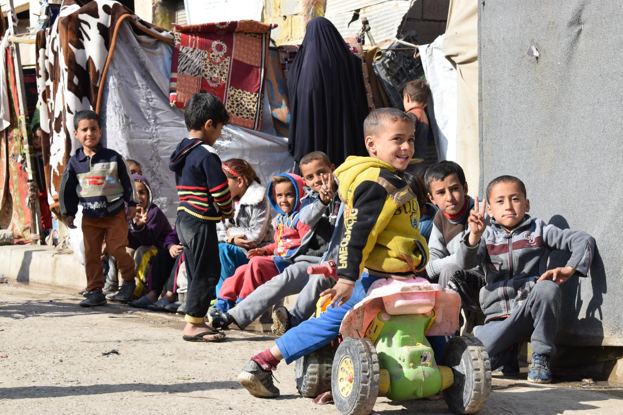 بالصور.. ورش تصليح السيارات بالرمادي مأوى لمشردين تهدمت منازلهم