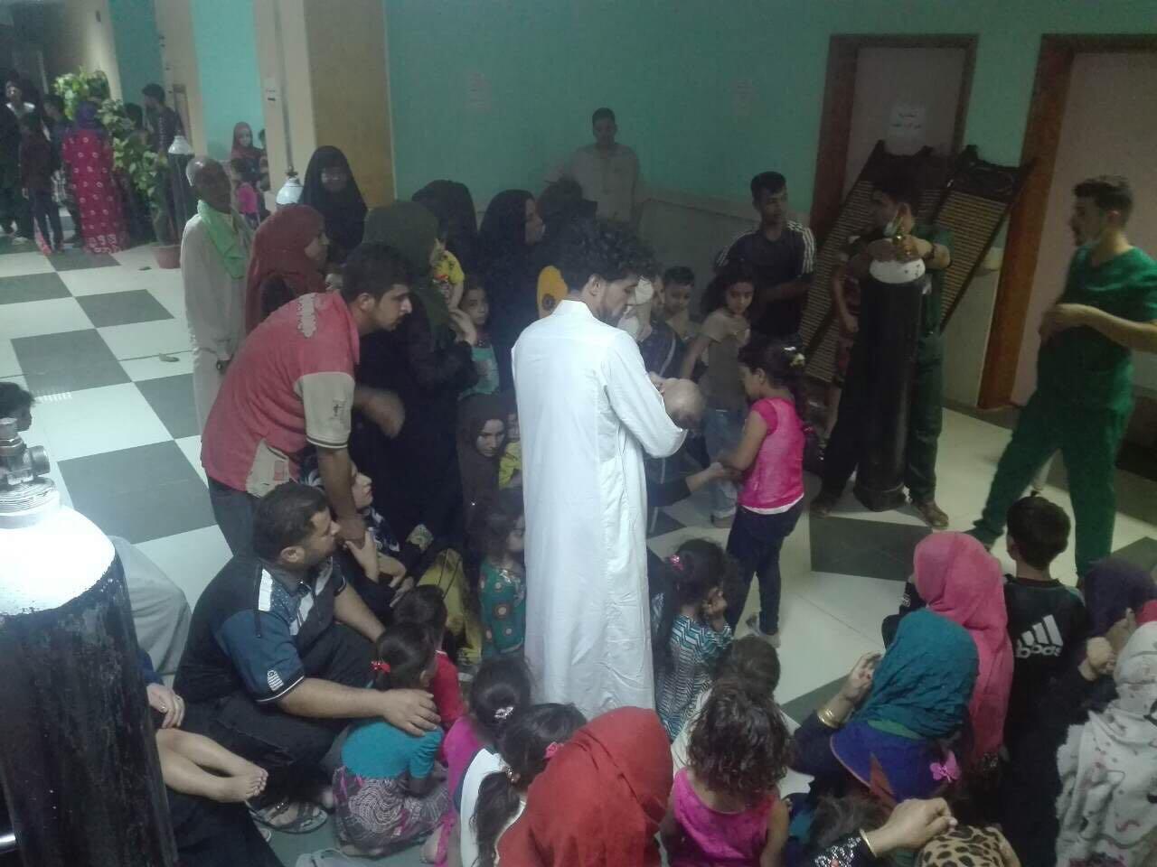 بالصور.. مستشفى الفلوجة يكتظ بمواطنين اصيبوا بالتسمم نتيجة زيادة بالكلور