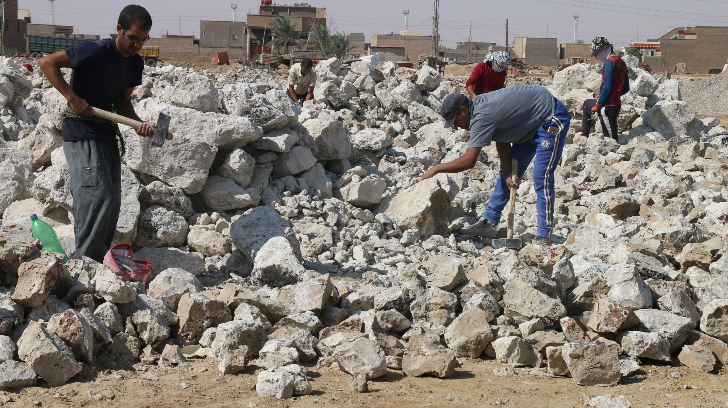 جنديان جريحان يعملان في تكسير الحجر بهيت بعد فسخ عقديهما ويناشدان العبادي مساعدتهما