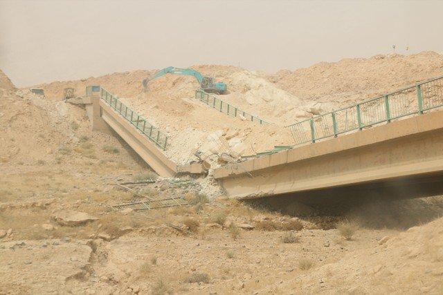 بالصور.. الجسور المدمرة بين حديثة وعنة