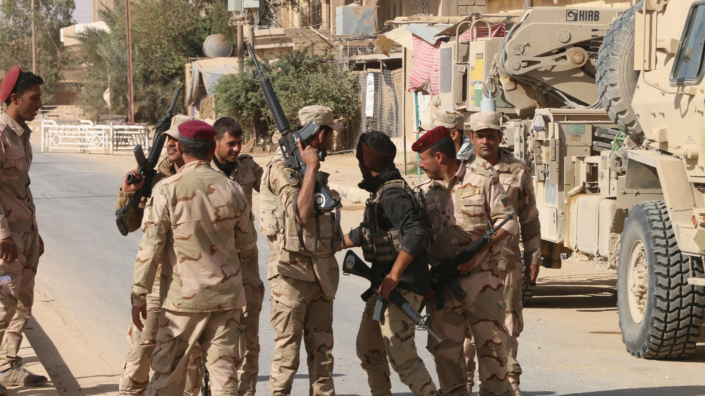 عمليات الأنبار تعتقل ثلاثة إرهابيين اثنين منهما يفخخان الطرق