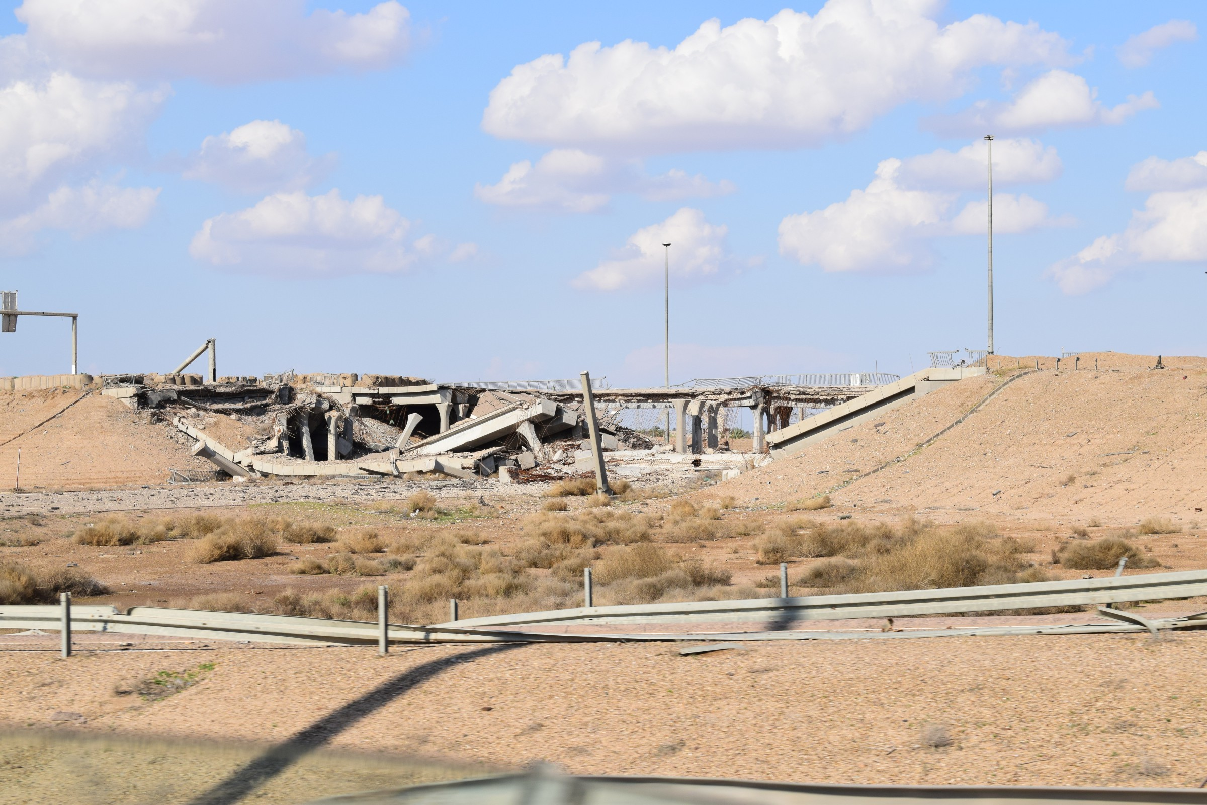 الانبار: ثلاث جسور عملاقة تعيق إعادة افتتاح الطريق الدولي بين الرمادي وبغداد