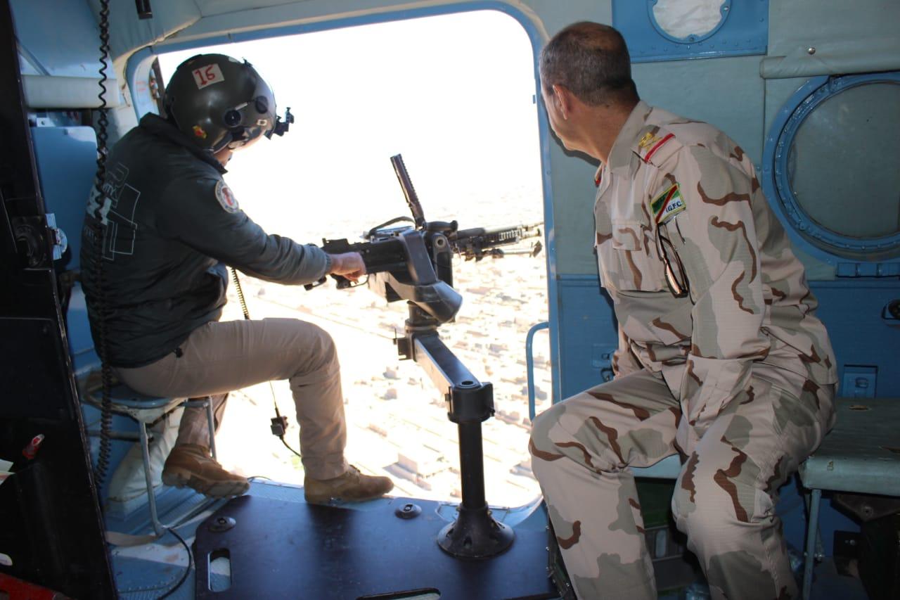 قائد عمليات الأنبار ينفذ جولة استطلاعية فوق المناطق الصحراوية
