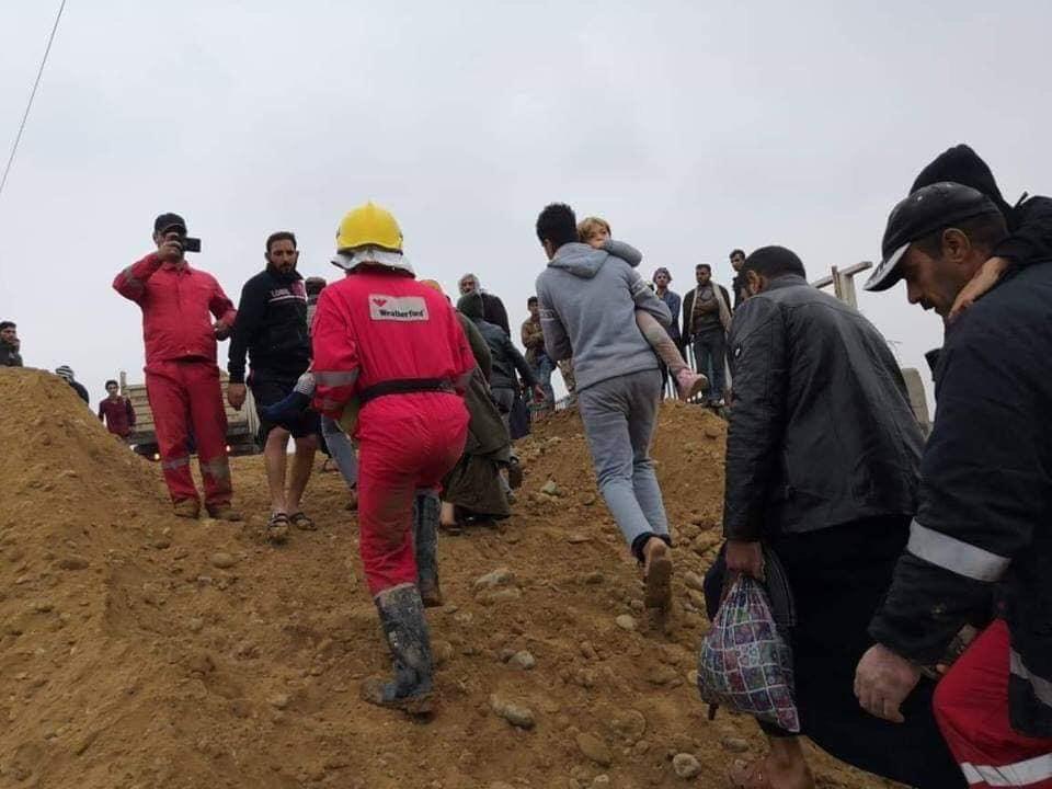 الصور.. اجلاء العوائل المحاصرة نتيجة السيول في صلاح الدين