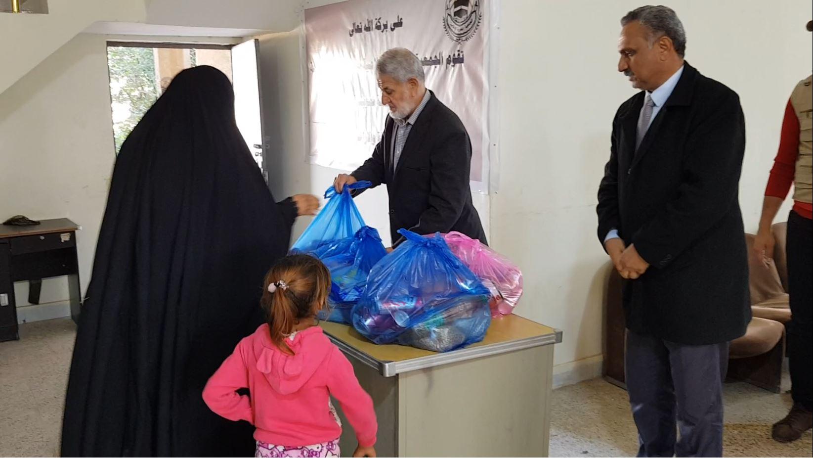 الفلوجة… الجمعية الخيرية الإسلامية توزع مساعدات اغاثية على المتعففين بالمدينة