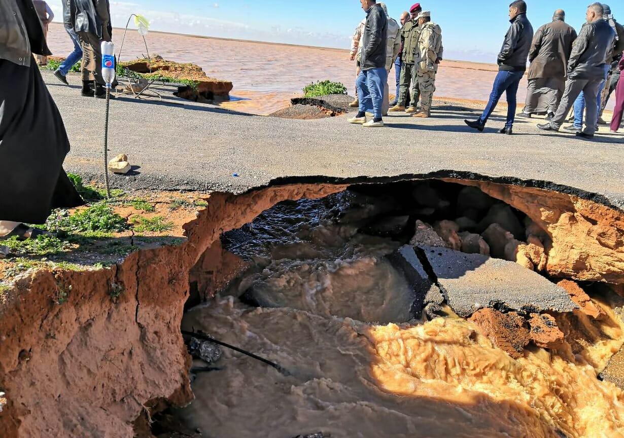 بالصور.. انقطاع الطريق الرابط بين الرمادي والنخيب بسبب السيول