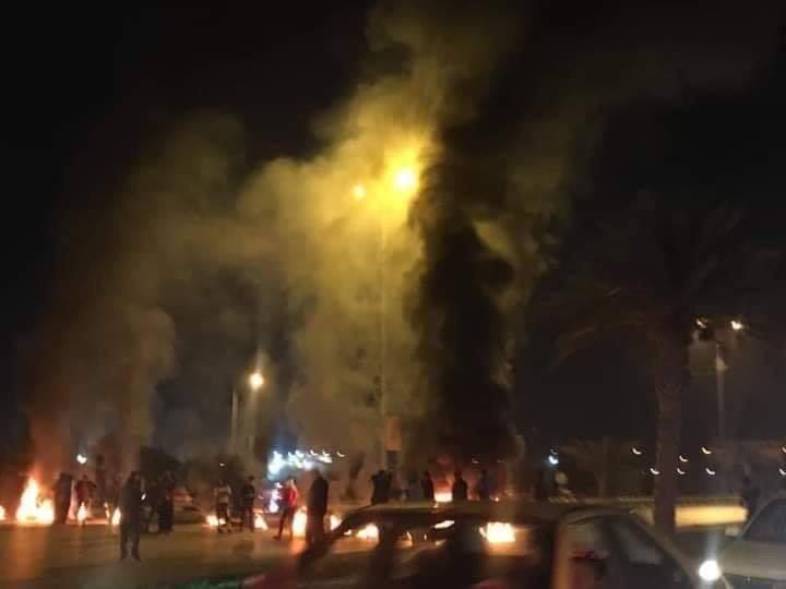 متظاهرون يقطعون طريق بغداد ذي قار واخرون يحرقون الاطارات على طريق مطار النجف