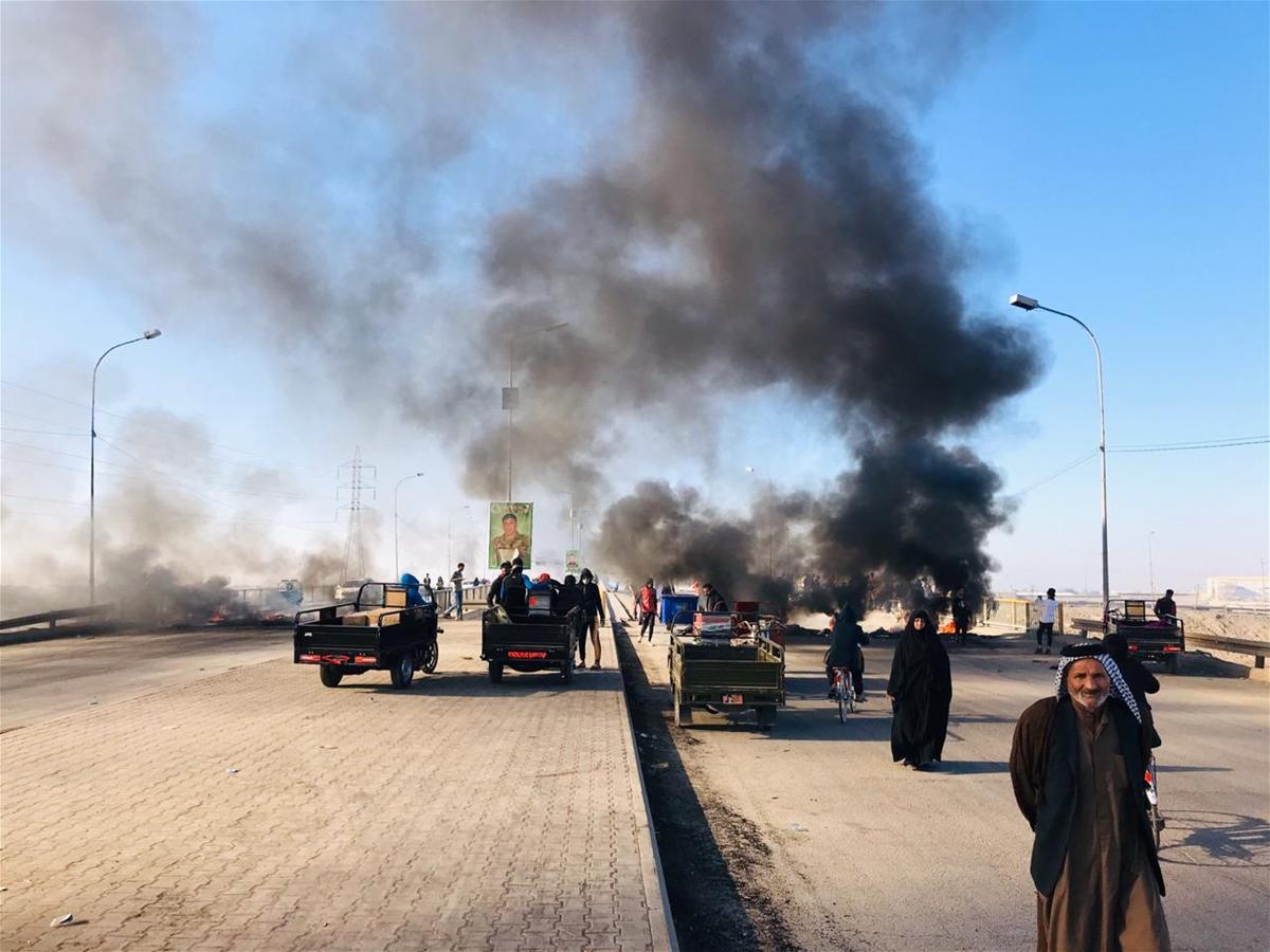 قطع طريق يالديوانية بعد تعرض المتظاهرين لاطلاق نار من حماية المحافظ